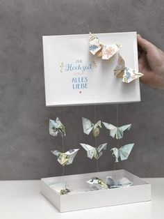 Schmetterlinge aus Geld falten We& show you how to fold a butterfly out of cash and make a wonderful money gift with it. Top Wedding Trends, Diy Wedding, Wedding Favors, Wedding Gifts, Diy Presents, Diy Gifts, Diy Birthday, Birthday Gifts, Boite Explosive