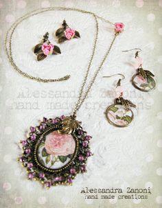 Collana e orecchini 'Rosa Rosae' realizzati con camei di carta resinata e roselline in pasta sintetica
