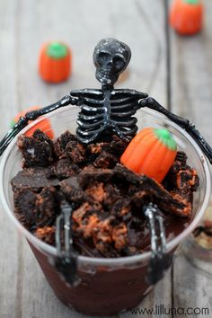 AWESOME Skeleton Oreo Pudding Cups. These are perfect for a Halloween party. #halloween #pudding #skeleton