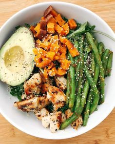 Healthy Meals Pretty sure I hit my 5 servings of veg with this salad alone ✅ big bed of baby kale dressed in a homemade tahini dressing, chicken sautéed… Healthy Meal Prep, Healthy Drinks, Healthy Snacks, Healthy Eating, Healthy Recipes, Keto Recipes, Clean Eating Salads, Salad Recipes, Healthy Clean Dinner