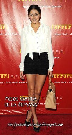 Con shorts de cintura alta y zapatos de salón Olivia Palermo le da un toque pin-up a la camisa blanca.