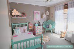 Fugindo do branco, rosa e lilás.                        Gosto quando colocam cores diferentes no quarto das meninas, fugindo das cores tradicionais.