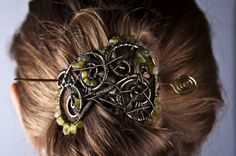 Wire wrap hair brooch with peridot  Segė plaukams su peridotu | katesakis.lt Hair Brooch, Hair Pins, Bobby Pins, Hair Accessories, Beauty, Wire Wrapping, Peridot, Beleza, Cosmetology
