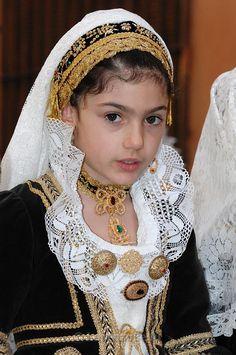Folk Costumes of Sardinia - Page 12 Kids Around The World, Beauty Around The World, People Around The World, Beautiful World, Beautiful People, Sardinian People, Costumes Around The World, Folk Costume, Ethnic Fashion