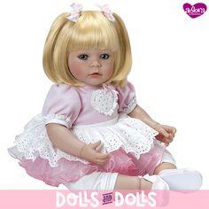 Sus caritas realistas fomentan en los más pequeños el juego y les ayuda a desarrollar sus habilidades sociales. Miden 51 centímetros y su cuerpecito es de relleno de tela con un esqueleto interno, mientras su cabeza, brazos y piernas son de vinilo.  Sus caritas inocentes son el reflejo de su alma. Son #muñecas hechas con mucho amor, ideales para jugar y coleccionar. ¡No te quedes sin tu #muñeca Adora! #Dolls #AdoraDolls #Bonecas #Poupées #Bambole  #MuñecasDeColección #CollectibleDolls