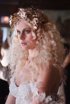 Pin for Later: 15 traumhafte Makeup- und Frisur-Ideen für eure Hochzeit Galia Lahav Bridal Frühjahr/Sommer 2016 Galia Lahav versetzte uns zurück in die 70er Jahre mit diesem exzentrischen Beauty-Look.