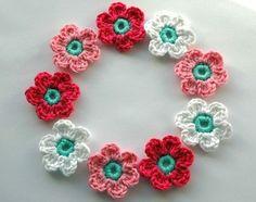 Love these crochet flowers! by Nancy Petit Knitted Flowers, Crochet Flower Patterns, Crochet Motif, Diy Crochet, Crochet Crafts, Yarn Crafts, Crochet Projects, Crochet Video, Flower Crafts
