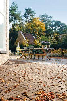 Prachtige herfstdag in een klassieke tuin met een terras van gebakken klinkers van Bylandt
