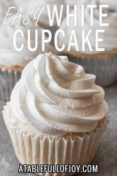 This whipped cream frosting is easy to make, tastes amazing, is light and fluffy, and perfect for decorating cakes and cupcakes! Informations About Stabilized Whipped Cream Frosting Frost Cupcakes, White Cupcakes, Easy Frosting For Cupcakes, Cupcake Frosting Techniques, Cake Frosting Tips, Cool Whip Frosting, Food Cakes, Cupcake Cakes, Recipes With Whipping Cream