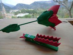 Manualidad de rosa de Sant Jordi hecha con huevera de cartón y comecocos papel