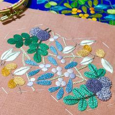 ピンクもやっと完成✨ . 今度の休みに仕立てます . #刺繍 #ハンドメイド #手芸 #刺繍部 #ボタニカル #がま口 #木ノ実 #embroidery #handmaid #sewing #botanical #framepurse #fruit