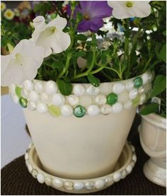Jeweled planter - terra cotta pot, outdoor spray paint (to paint the pot if u prefer), flat glass marbles, silicone rubber sealant. Flower Pot Crafts, Clay Pot Crafts, Diy Crafts, Painted Clay Pots, Painted Flower Pots, Dollar Store Crafts, Dollar Stores, Outdoor Spray Paint, Decorated Flower Pots