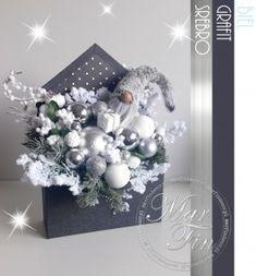 Christmas Entryway, Christmas Mood, Modern Christmas, All Things Christmas, Christmas Crafts, Christmas Ornaments, Christmas Arrangements, Flower Arrangements, Flower Boxes