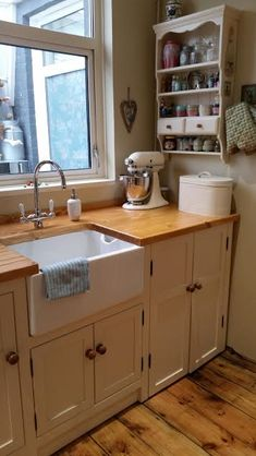 Cream belfast sink unit with waxed pine worktops New Kitchen, Kitchen Decor, Kitchen Ideas, Funny Kitchen, Kitchen Designs, Belfast Sink Kitchen, Kitchen Counters, Kitchen Sink, Small Country Kitchens