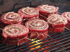 How to Make Grilled Stuffed Flank Steak Pinwheels - BBQ - Rezepte & Tipps - Flank Steak Recipes, Meat Recipes, Cooking Recipes, Flank Steak Rolls, Healthy Grilling Recipes, Thin Steak Recipes, Recipes Using Bacon, Steak Roll Ups, Vegan Recipes