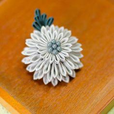 Tsumami kanzashi グレーの大輪菊のクリップ