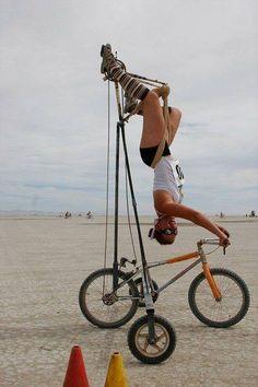 Burning Man es un festival que se realiza anualmente en el Black Rock Desert de Nevada, USA, en el cual se construye por una semana una ciudad completa que luego desaparece sin dejar rastro alguno en el desierto. Miles de participantes que llevan allí su arte, sus expresiones de vida, su estilo y sus excentricidades se dan cita no para ser espectadores sino para ser protagonistas activos. La foto es de una de las participantes de esta movida. En este caso podríamos llamar al festival…