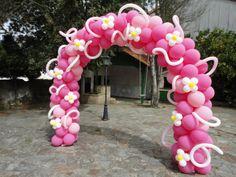 Arco de globos rosa con flores y espirales. www.paradaobligada.es