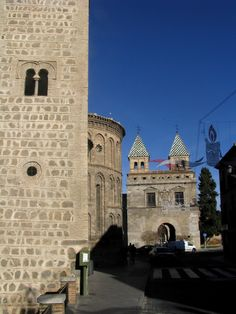 Puerta de Bisagra e Iglesia de Santiago del arrabal, Toledo