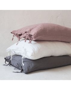 Almohadón Oregon Gris Grafito Linen Sheets, Linen Pillows, Bed Pillows, Linen Bedding, Bedding Sets, Bedding Inspiration, Living Room Lounge, Sweet Home Alabama, Inside Design