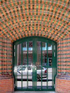Hannover Südstadt - Turn-Klubb. Ausgefallene Eingangstür in grün.