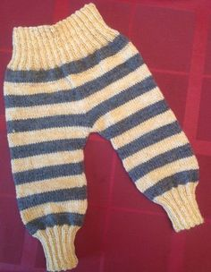 Baby Knitting Patterns Jumpsuit These baby pants are handy and they will grow with you for a while. In the beginning you can ma … Baby Knitting Patterns, Baby Dress Patterns, Knitting For Kids, Crochet Patterns, Knitting Ideas, Knitting Projects, Jumpsuit Pattern, Pants Pattern, Crochet Baby