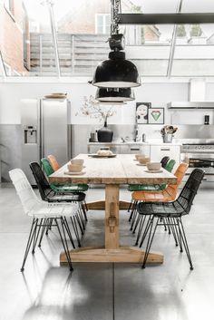 Tisch aus Altholz, bunte Stühle, Industrielampen - perfekte Loft Essküche