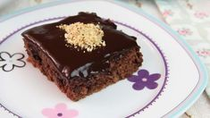 This cake is not only quick and easy to make, it also tastes delicious! It's an incredibly moist and wet cake, with a rich, chocolate sauce. No Bake Biscuit Cake, No Bake Cake, Chocolate Sauce Recipes, 3 Layer Cakes, Fruit Sauce, How To Make Biscuits, Wafer Cookies, Moist Cakes, Easy Cake Recipes