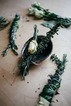 Ervas e flores têm propriedades positivas podendo trazer calma, alegria e um aroma refrescante para a casa. Aprenda a fazer o seu próprio incenso!