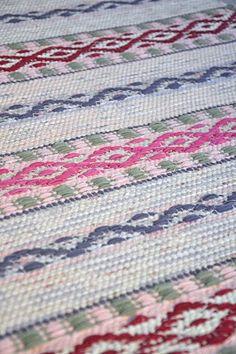 LOPPBERGA : Tokig i trasmattor på Loppberga - blog om en väverskas vardag, inspiration och mattor Weaving Tools, Weaving Projects, Hand Weaving, Textiles, Rag Rugs, Weaving Techniques, Woven Rug, Pattern Design, Quilts