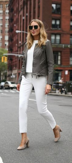All white with olive/grey and nude Block Heels Outfit, Heels Outfits, Nyc Fashion, Fashion 2017, Pantalon Slouchy, Blue Jeans, Grey Leather Jacket, Pixie Pants, Simple Outfits