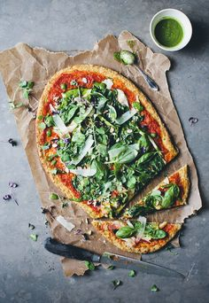 How delicious does this Green Pizza with a Cauliflower Base look? Would you try Cauliflower Base Pizza? 🍕 Recipe from Green Kitchen Stories I Love Food, Good Food, Yummy Food, Awesome Food, Pizza Sans Gluten, Green Pizza, Whole Food Recipes, Cooking Recipes, Pizza Recipes