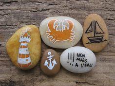 Peinture acrylique sur lots de 7 galets de plage. Chaque galet est unique peint à la main et provient de la côte Atlantique.  Thème bord de mer  Galet motif phare orange et - 16865940