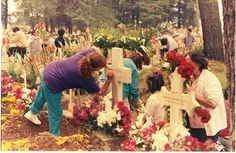 English: Mexican family tidying and decorating gravesites for Dia de Muertos at a cemetary in Almoloya del Rio, State of Mexico, Mexico  Date 	2 November 1995  Author 	AlejandroLinaresGarcia