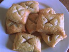 Ciasto francuskie możemy zastosować jak tylko nam się podoba, gdyż wdzięcznie prezentuje się zarówno w ciastach, ciasteczkach, jak i daniach obiadowych. Dlatego też gdy po przygotowywaniu obiadu zostało mi trochę ciasta francuskiego, postanowiłam zrobić z niego wyborne i niezwykle proste ciasteczka na śniadanie dla mojej córeczki. Przepis na ciasto francuskie: 2 i 3/4 szklanki mąki pszennej zwykłej 40 dag masła 1 jajko łyżeczka soli 3/4 szklanki wody Jak przy każdym rodzaju ciasta proporcje…