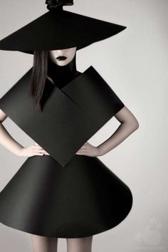 Shape & Volume - geometric fashion and wearable art pinned to group board black Paper Fashion, 3d Fashion, Minimal Fashion, White Fashion, Editorial Fashion, Ideias Fashion, Fashion Design, Fashion Trends, Minimal Clothing
