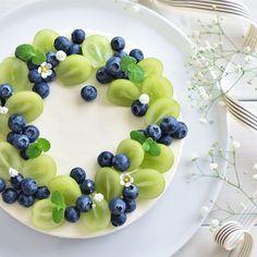 White cake kiwi blueberries