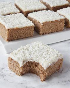 Skär kakan i rutor med en vass kniv. Christmas Deserts, Vegan Christmas, Christmas Treats, Christmas Baking, No Bake Desserts, Just Desserts, Dessert Recipes, Swedish Recipes, Sweet Recipes
