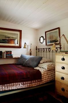Small bedroom ideas, design and storage from the world's top interior designers. Bedroom ideas for small rooms in modern and period homes. Bedroom Furniture Sets, Bedroom Decor, Furniture, Small Room Bedroom, Small Master Bedroom, Home, Bedroom Design, Bedroom Sets, Home Decor