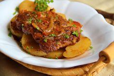Plátky masa naklepeme, osolíme a okořeníme. Brambory oškrábeme, nakrájíme na cca 1cm plátky, vložíme do pekáče, osolíme a posypeme rozmarýnem.… Pork Recipes, Snack Recipes, Cooking Recipes, Czech Recipes, New Menu, Pork Roast, Food And Drink, Yummy Food, Beef
