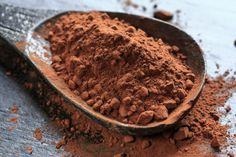 Carob powder and cacao are interchangeable in recipes that require a chocolaty taste. Cacao Cru, Le Cacao, Chocolates, Nutella, Cacao Powder Benefits, Cocoa Benefits, Sleep Drink, Healthy Food Swaps, Paleo Treats