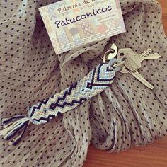 Patuconic nyckelring handgjord i Spanien. Handgjord tråd med knutar av m … – Beleza Thread Bracelets, Embroidery Bracelets, Bracelet Crafts, Crochet Bracelet, Cute Keychain, Keychains, Diy Friendship Bracelets Patterns, Summer Bracelets, Macrame Jewelry