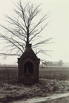 Riethoven , Heiereind - Herdenkingskapel Tweede Wereldoorlog met opschrift: Maria Wees Gegroet Merkelbach, R. (fotograaf) - 1982 Wees, History, Photos, Nostalgia, Historia, History Activities