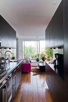Aucune perte de place avec cette cuisine couloir - Ouvrir la cuisine sur la salle à manger : les 30 idées gagnantes - Plus de photos sur Côté Maison http://petitlien.fr/72cw