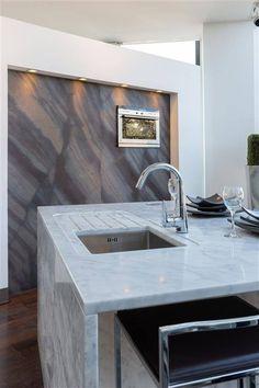 Carrara marble countertop and Elegant brown cladding - Kitchen display at Halmann Vella Carrara Marble Countertop, Travertine, Granite, Countertops, Kitchen Display, Kitchen Tops, Tile Patterns, Cladding, Natural Stones