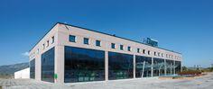Trasparenza in blu. Fontane, vele, onde. Sede prefabbricata Baraclit per Dianflex, Atena Lucana Scalo (SA)