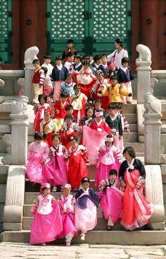 Chuseok. Festival de la Cosecha. Niños con sus Hanbok en la Celebración del Día de Acción de Gracias en el Palacio Gyeongbokgung en Seúl, Corea del Sur