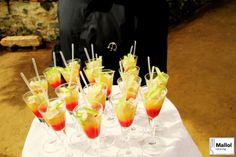 Camarero con copitas de foie con manzana Grand Smith durante catering de boda
