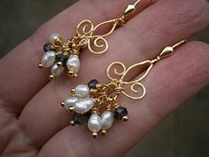 Ohrringe Iolith blau Perlen weiß an französischer Lilie handmade vergoldet im Geschenk Etui, Geburtstagsgeschenk, Weihnachtsgeschenk: Amazon.de: Handmade