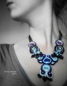 mohutnejší náhrdelník zhotovený pomocou techniky soutache - tento kúsok bol na výstave šperkov. Vyrobený zo sklenenej korálky s odleskom AB, bielych a fialových skleniek, voskových perál v sivo-fialov...